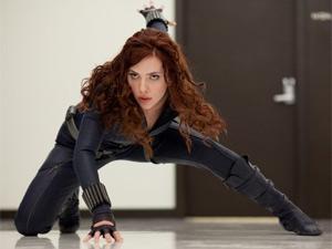 A atriz Scarlett Johansson vive Natalia Romanova, agente dupla da S.H.I.E.L.D.