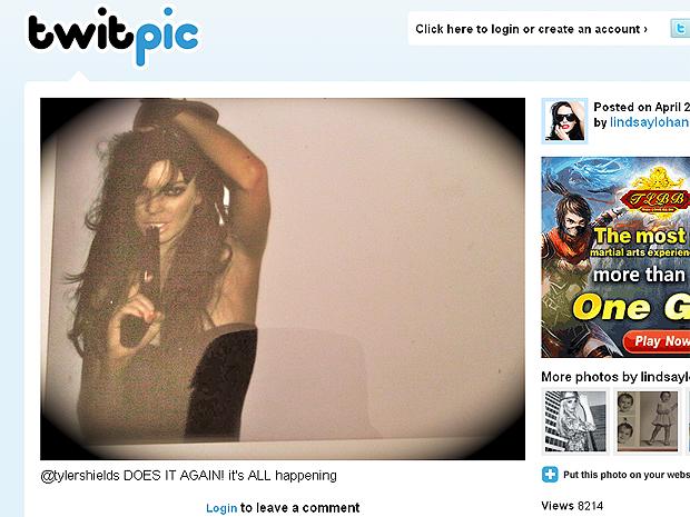 Lindsay Lohan em foto polêmica publicada por ela mesma  em seu perfil no Twitpic.