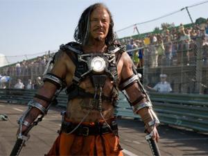 O ator Mickey Rourke na pele do vilão Chicote Negro.