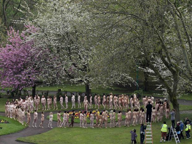 No último trabalho, fotógrafo reuniu cinco mil pessoas nuas  nos degraus da Ópera de Sydney, na Austrália.