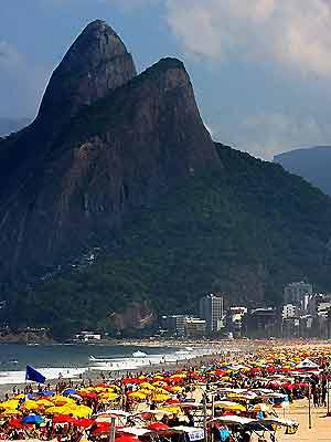 Cariocas aproveitam o domingo de sol em Ipanema, na Zona Sul do Rio