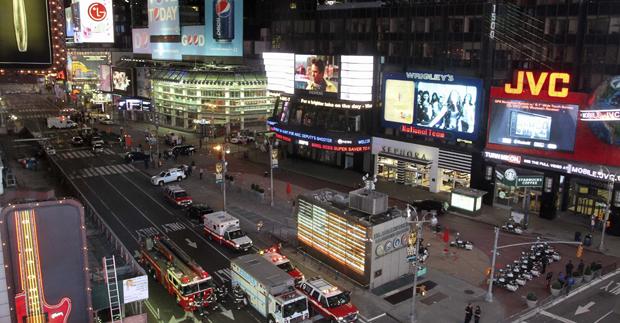 Parte da Times Square foi esvaziada às pressas na noite deste  sábado (1º), enquanto esquadrão antibombas trabalhava no local para  inspecionar veículo suspeito