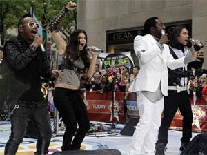 Da esq. p/ a dir.: Apl.De.Ap, Fergie, Will.I.am e Taboo, juntos em apresentação realizada em Nova York