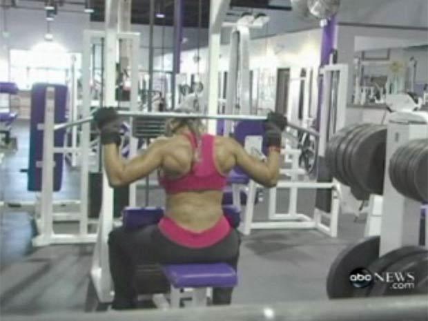 Ernestine Shepherd ergue até 70 quilos durante a musculação.