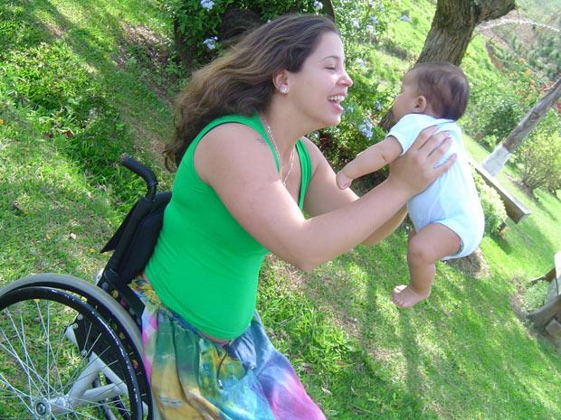 Carolina e Clara mães cadeirantes