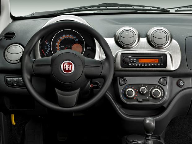 Interior tem linhas mais arredondas, que lembram o Fiat 500