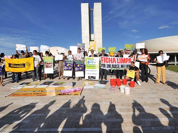 Manifestantes e parlamentares favoráveis ao Projeto Ficha Limpa, que tentar impedir que candidatos condenados concorram nas eleições, lavam a rampa de acesso do Congresso Nacional