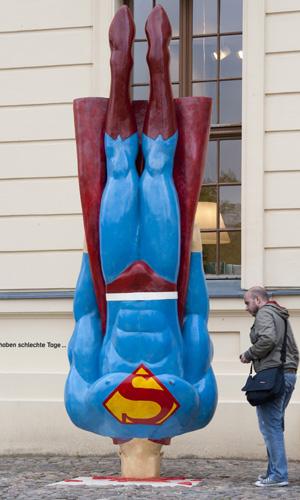 Escultura de Marcus Wittmers do lado de fora do Museu Judaico de Berlim leva o título 'Até os super-heróis têm os seus dias ruins'
