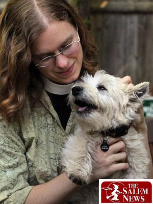 A reverenda Thea Keith-Lucas abraça seu pet, Pippin