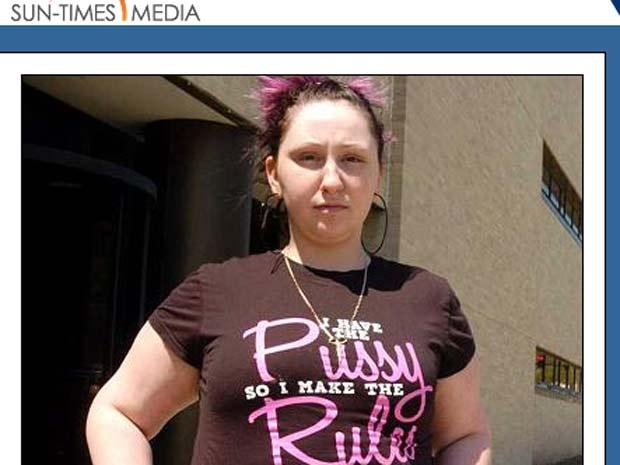 Jovem foi presa por causa de camiseta polêmica.
