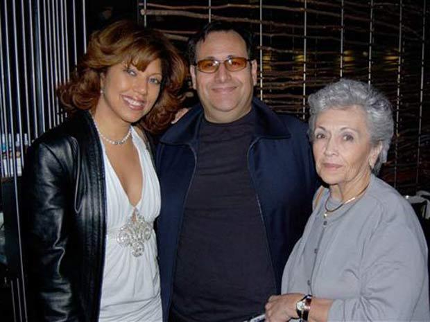 Sunda Croonquist (à esquerda) com o marido Mark Zafrin e a sogra Ruth Zafrin.