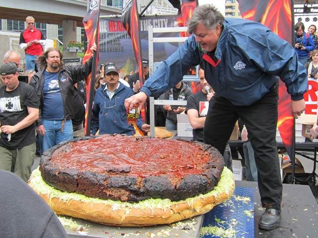 Chef Ted Reader coloca molho no Hambúrguer.