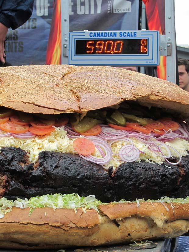 Hambúrguer pesa 267,6 quilos.