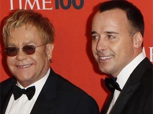 O cantor Elton John junto com seu companheiro David Furnish na cerimônia da 'Time'