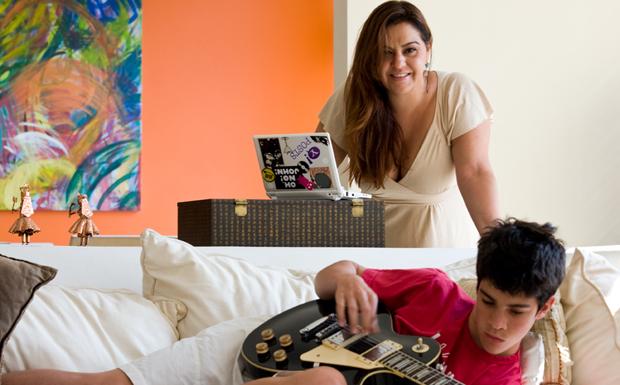 Advogada e blogueira, Flavia Penido, de 41 anos, passa mais tempo na internet do que o filho adolescente, Leoncio.