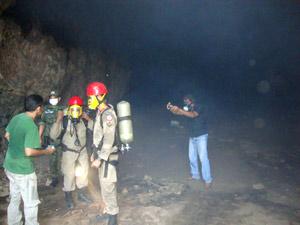 Bombeiros usam máscara para se proteger de gás tóxico