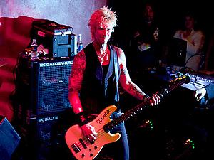 Duff McKagan, em seu primeiro show como baixista do Jane's Addiction