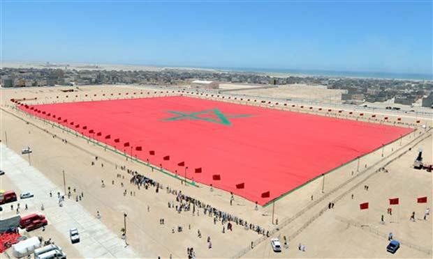 Bandeira gigante pesa 20 toneladas.