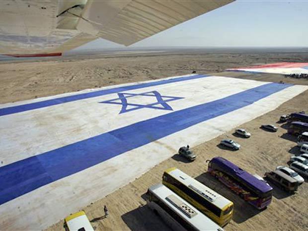 Bandeira de Israel, com 660 metros de comprimento e 100 metros de largura, construída em 2007.