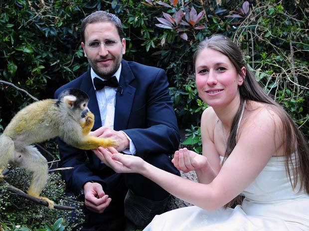 Funcionários do zoo Kate Sanders e Daniel Simmond posam para foto ao lado de macaco.