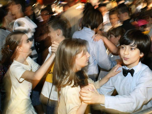 Mais de 1.500 casais se reuniram para dançar valsa em Tuzla.