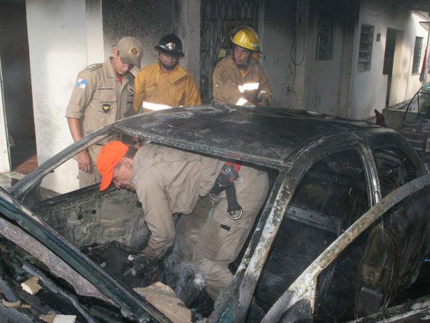 Carro de policial explode na Zona Oeste