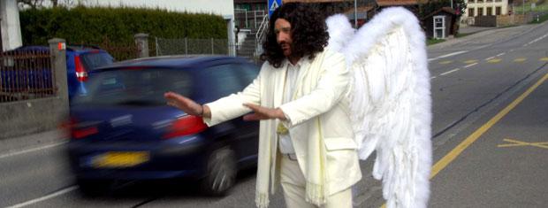 Ator vestido de anjo pede para motoristas diminuírem velocidade em estrada na Suíça