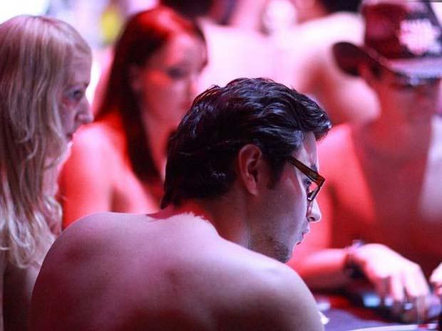 Participantes acabam sem roupas durante o campeonato.