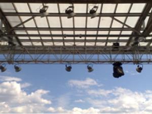 Antenas de transmissão de voz e dados no alto dos estádios