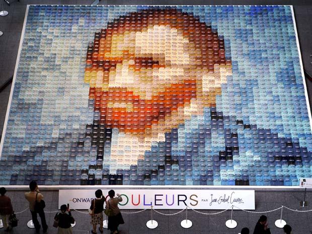 Um mosaico com a imagem do pintor holandês Vincent van Gogh foi feita com 2.070 camisas polo em 24 cores diferentes. O mosaico está em exposição em Tóquio, no Japão.