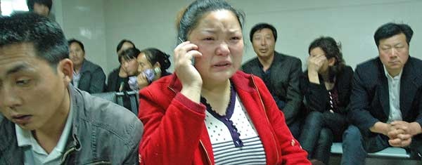 Num hospital de Hanzhong Nanzheng, pais e familiares esperam informações sobre quadros clínicos de crianças esfaqueadas em creche na China.