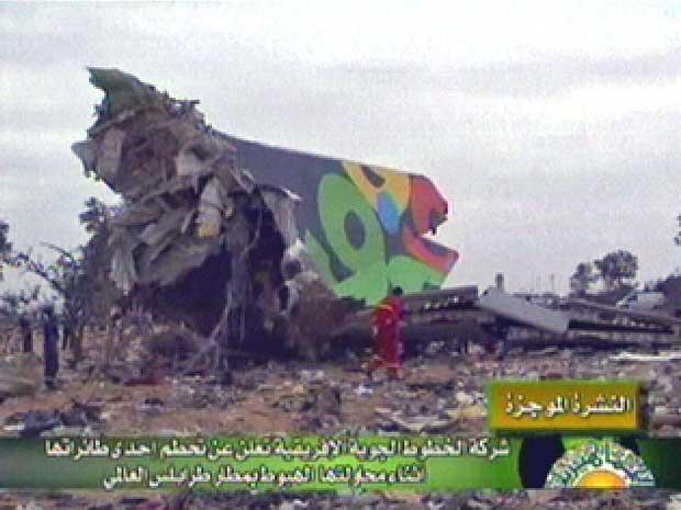 Imagem da televisão líbia mostra os destroços do Airbus A330 que caiu durante aterrissagem em Trípoli.