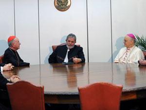 O cardeal Dom Claudio Hummes (à esquerda do presidente Lula) e outros líderes da Igreja Católica são recebidos pelo presidente Lula nesta quarta (12)
