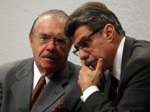 O presidente do Senado, José Sarney (PMDB-AP), conversa com o líder do governo no Senado, Romero Jucá (PMDB-RR), nesta quarta (12) (Foto: Andre Dusek/AE )