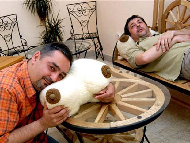 Uma empresa croata lançou um travesseiro em forma de seios.  Segundo a companhia localizada em Slavonski Brod, cerca de 200  quilômetros de Zagreb, o travesseiro é ideal para assistir TV, pois  deixa o pescoço em uma posição cômoda devido à sua forma anatômi