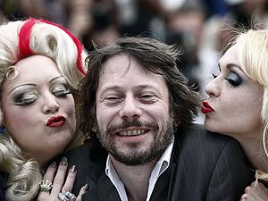 O diretor de 'Tournee', Mathieu Amalric, entre as atrizes Dirty Martini (à esquerda) e Julie Atlas Muz.
