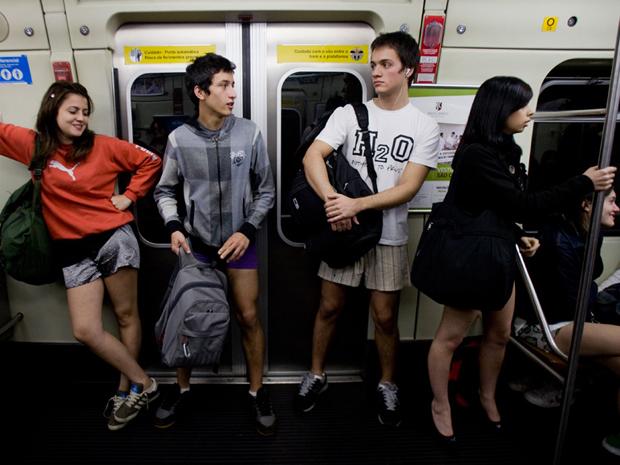 Jovens tiram as calças no metrô