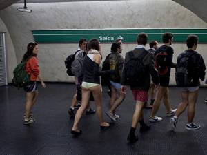 Pessoas fazem flash mob