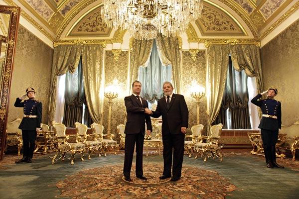 Presidente Lula cumprimenta o Presidente da Rússia, Dmitri Medvedev, durante encontro em Moscou.