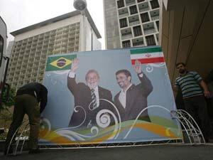 Cartaz mostra o presidente Luiz Inácio Lula da Silva ao lado  do presidente Mahmoud Ahmadinejad