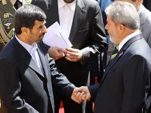 O presidente do Irã, Mahmoud Ahmadinejad, ao lado do  presidente Luiz Inácio Lula da Silva
