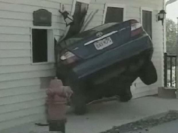 Um motorista acabou com o carro entalado em uma casa no último domingo em Woburn, no estado de Massachusetts (EUA). A polícia ainda não sabe o que provocou o acidente. Ninguém ficou ferido, segundo reportagem da emissora de TV 'WHEC'.