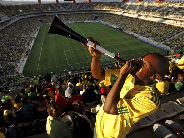 Torcedor sul-africano toca a vuvuzela no estádio de Nespruit