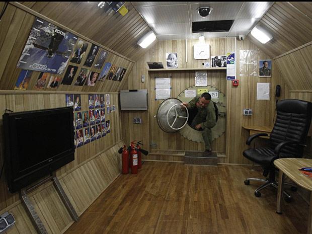 Técnico testa um dos compartimentos onde as pessoas serão confinadas.