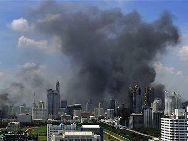 Uma visão geral mostra fumaça no horizonte de Bangcoc. Grupos isolados ligados aos 'camisas vermelhas' seguem protestando e espalhando o terror pela cidade.