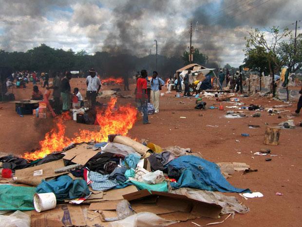 Acampamento de zimbabuanos na cidade sul-africana de Musina