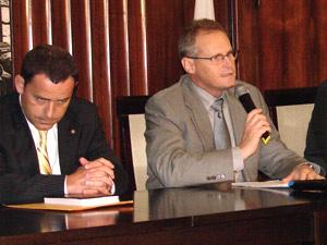 Ao lado de Allan Turnowski, chefe da Polícia Civil, Beltrame admite erro do Bope.