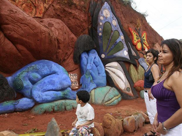 Moradores de Cáli visitam local de escultura de Carlos Andres Gomez