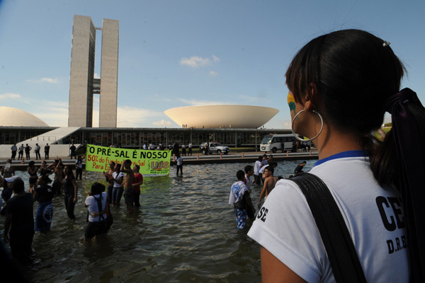 Estudantes fazem manifestação em frente ao Congresso Nacional em favor da distribuição de parte dos recursos do Fundo do Pré-Sal para a educação.