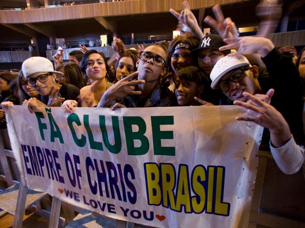Súditos de Brown: membros do fã-clube 'Empire of Chris' levaram faixa.